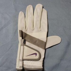 Nike golf glove Size ML  Glove is NWOT CUTE!!